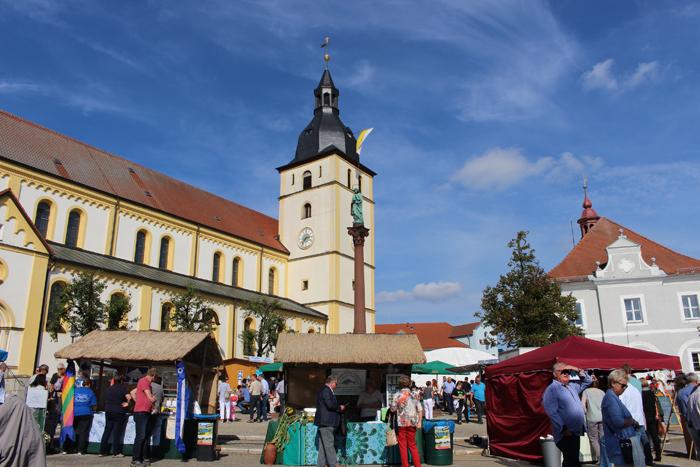 160925_markt_fischstaende_kirche_rathaus_web